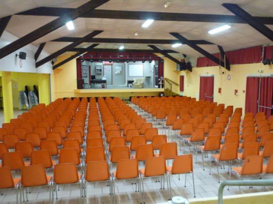 La salle une demi heure avant l'ouverture des portes